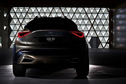 На первый взгляд Infiniti QX30 - близнец BMW X1, но...
